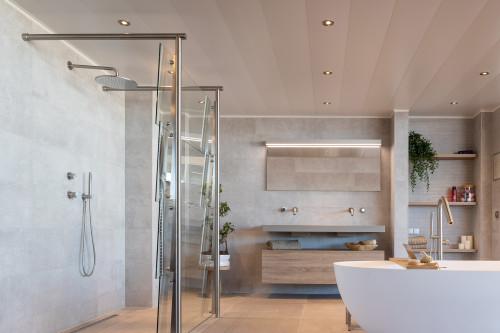 Een Aluminium Badkamerplafond Van Luxalon Vindt U Bij Sanidrome Sanidrome